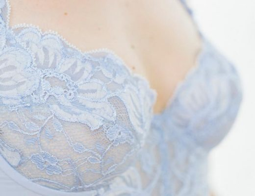 Spitze auf und unter dem Kleid